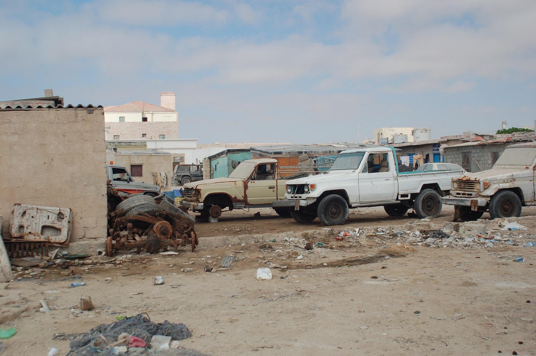 Oman - Werkstätten findet man in fast allen Orten und an Tankstellen. Nicht selten stehen alte Toyota Land Cruiser als Ersatzteilspender davor.