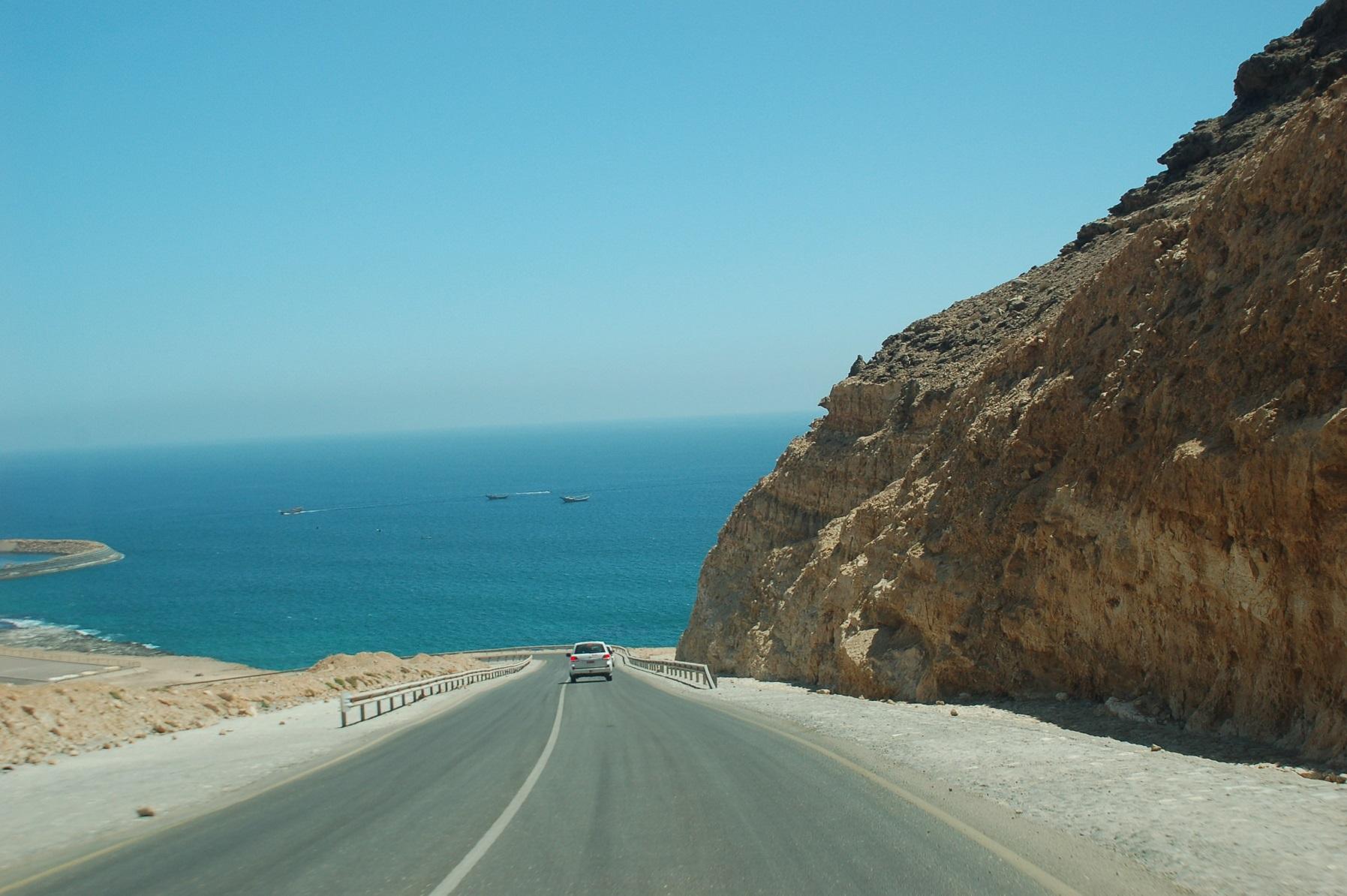 Oman - Die Küste fällt steil ab und gibt immer wieder einen traumhaften Blick auf den Ozean frei.