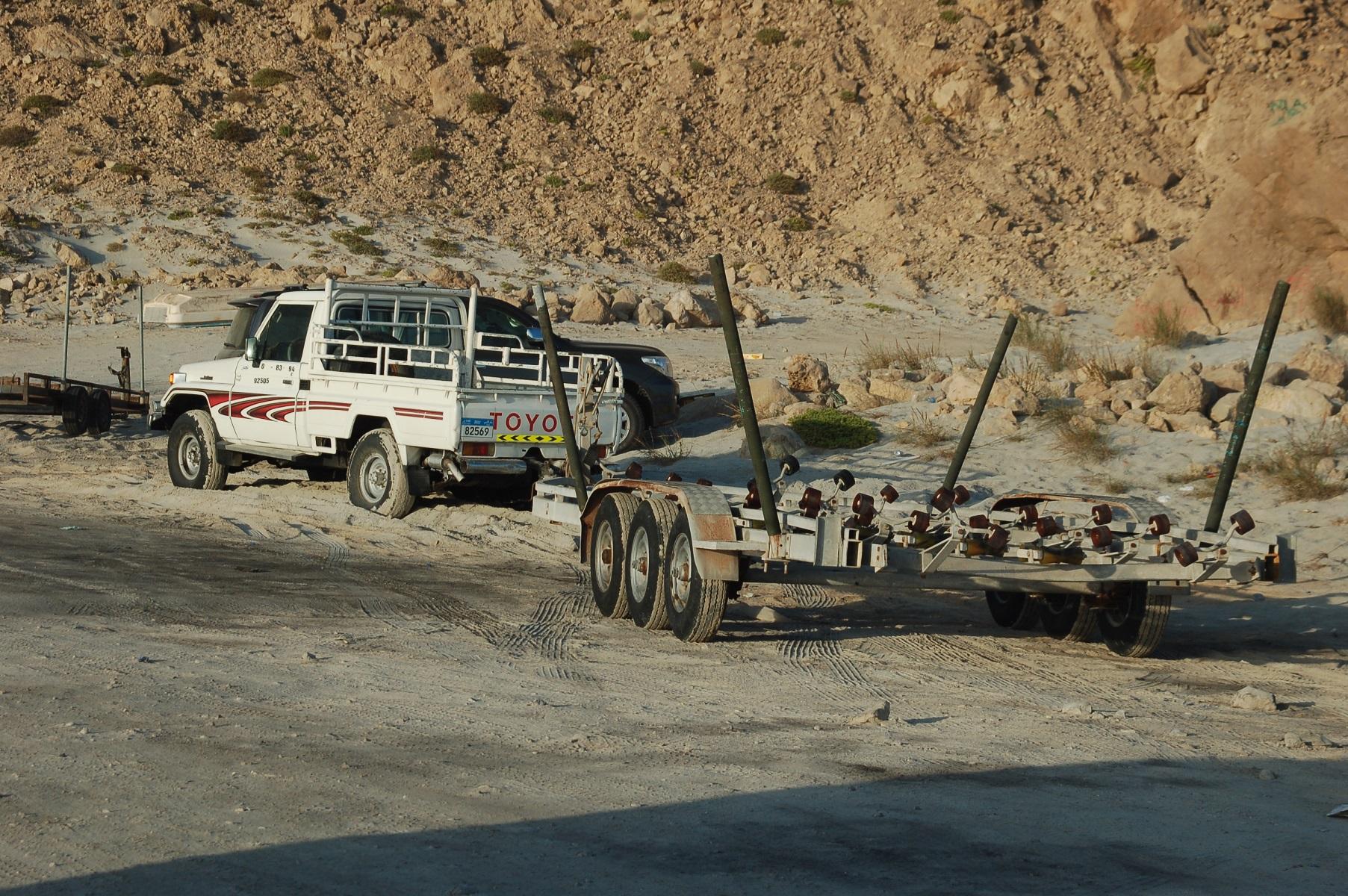 Oman Die Land Cruiser sind reine Nutzfahrzeuge, sie ziehen die Boote und Netze an Land oder hängen vor beeindruckenden Trailern.