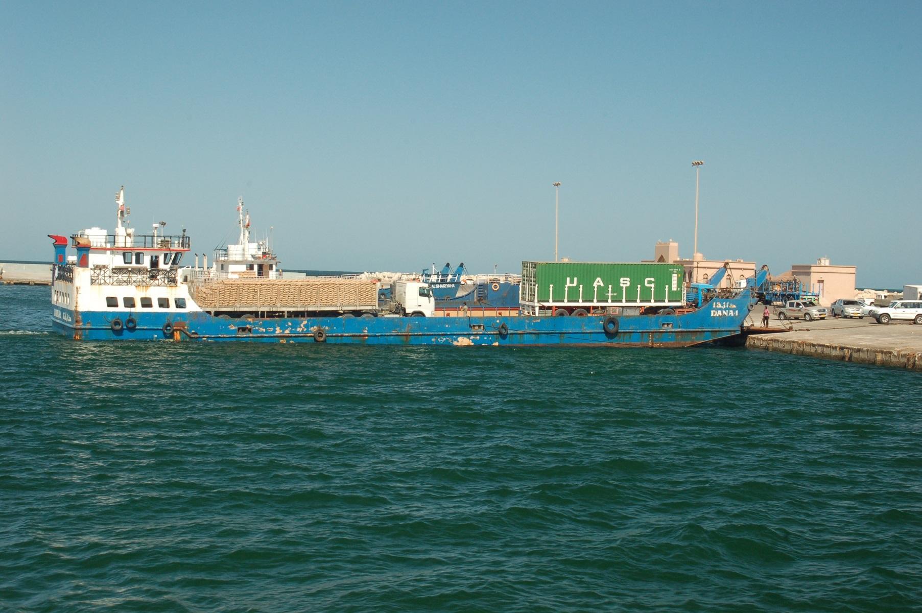 Oman - Mit diesen Fähren geht es Masirah, der Preis für die Hinfahrt ist Verhandlungssache, der für die Rückfahrt reglementiert.