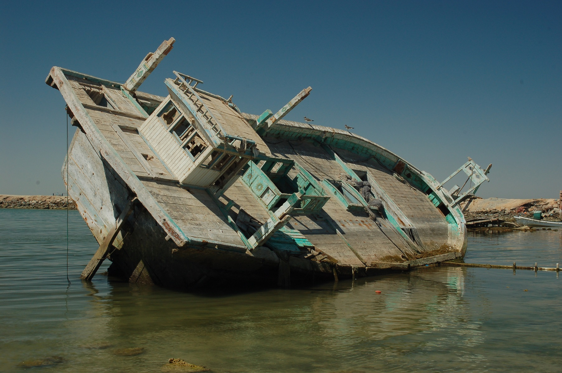 Oman - Im Hafen liegen die ausgedienten Fischerboote. Da man hier das ganze Jahr nicht heizen muss ist ihr Holz wertlos.