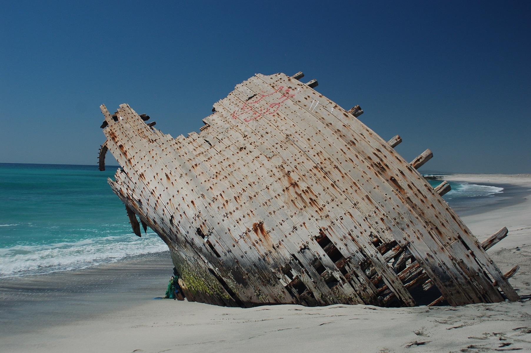 Oman - Die Reste eines gestrandeten Bootes. Es wurde in mühsamer Handarbeit gefertigt.