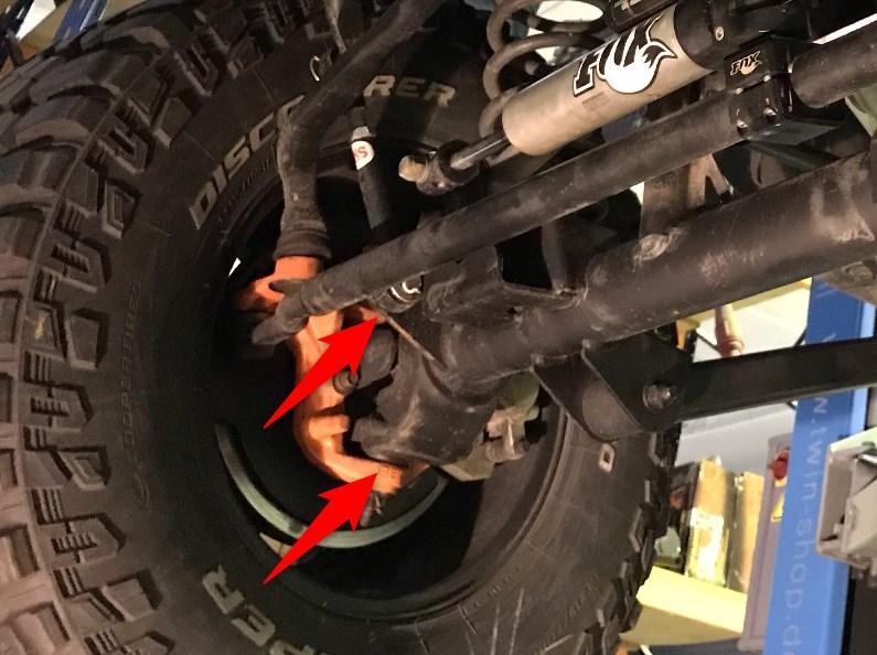 Death Wobble - Achsschenkelbolzen bei einem Kardangelenk, hier Jeep Wrangler JK.
