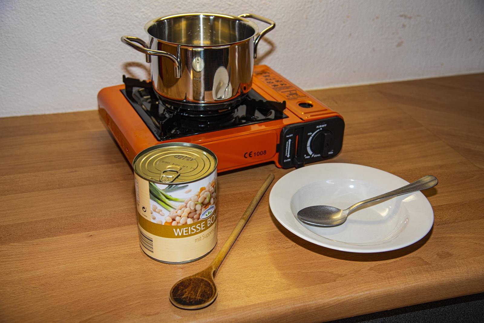Aufwändige Menüs mit mehreren Gängen sollte man mit dem kleinen Kocher nicht planen. Für einen Eintopf, Dosengerichte oder das Teewasser ist er eine gute Wahl. Die Töpfe sollten nicht mehr als 20 Zentimeter Durchmesser haben, da sich sonst die seitlich liegende Kartusche zu stark erwärmt.