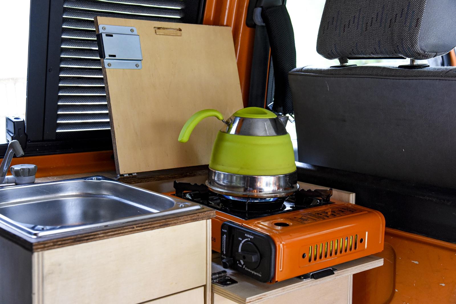 Der EDH-155 und seine Artgenossen lassen sich auch in eine Küchenbox integrieren. Man sollte beim Kochen im Wageninneren allerdings auf eine gute Belüftung achten.