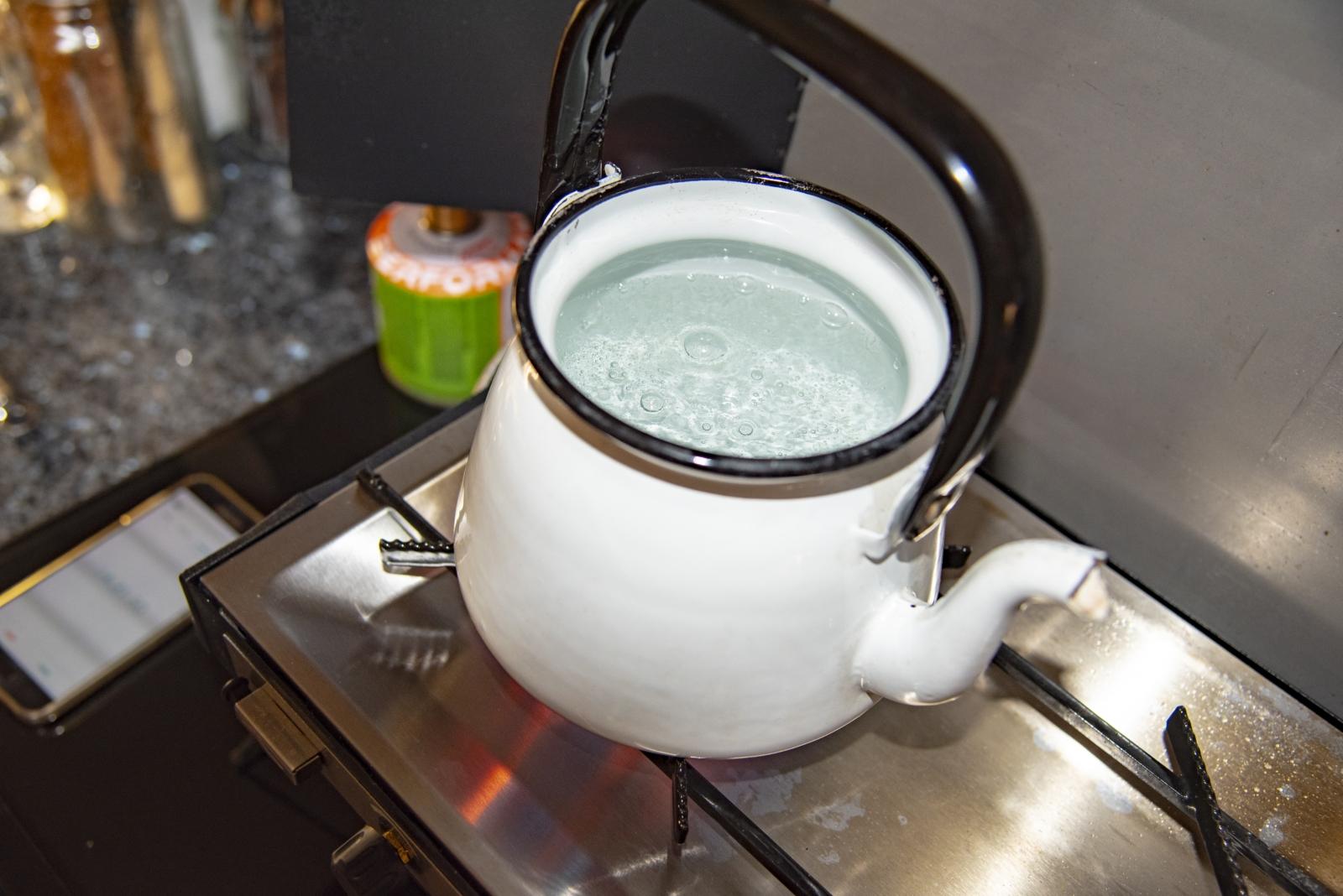 Für unseren Wasserkoch-Test haben wir einen Liter kaltes Leitungswasser und einen Emaille-Teekessel verwendet. Den Deckel des Kessels ließen wir offen, um den genauen Kochzeitpunkt sehen zu können. Die Zeit bis ein Liter Wasser kocht, lässt sich mit geschlossenem Deckel daher verringern.