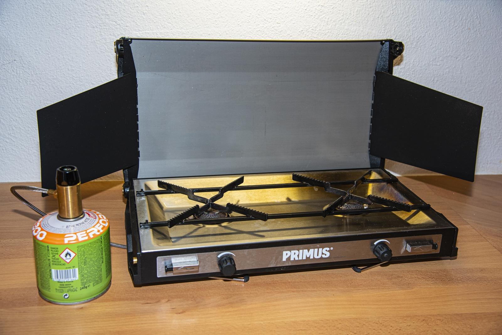 Der Campfire Tupike von Primus lässt sich mit Schraubkartuschen sowie Drei-, Fünf- und Elf-Kilo-Gasflaschen betreiben. Dadurch hat man eine große Auswahl für die Gasquelle.