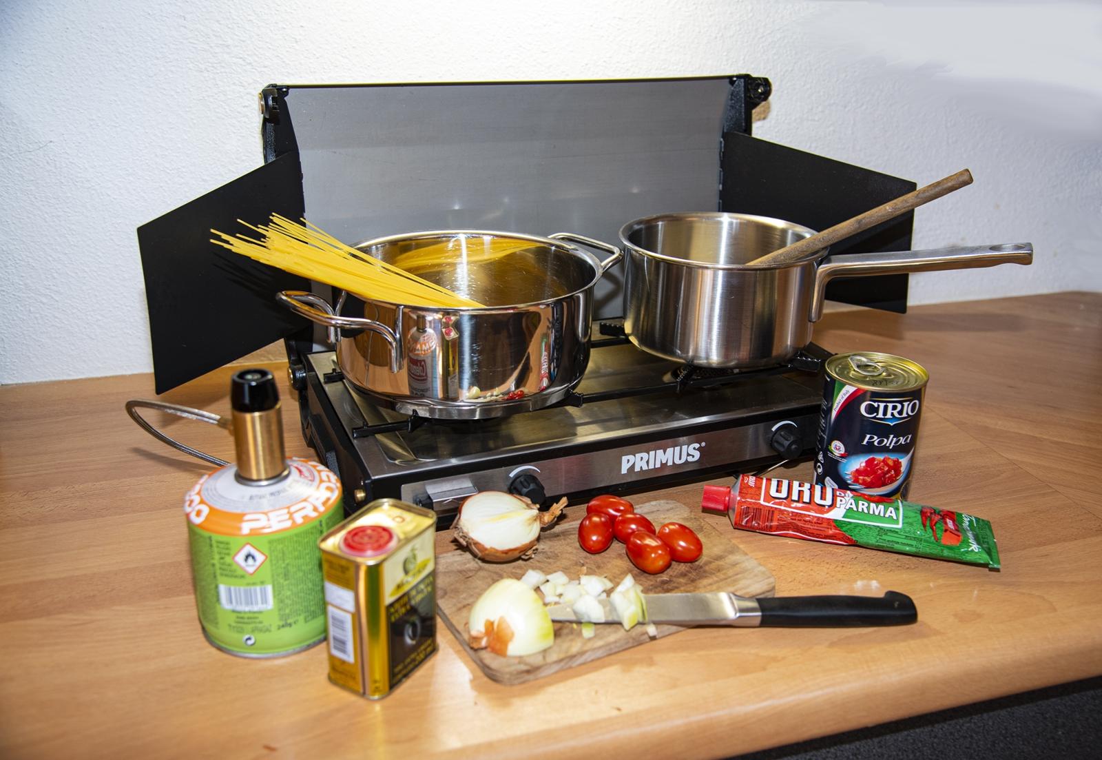 Mit dem Primus-Zweiflammen-Kocher lassen sich auch aufwändigere Gerichte zubereiten. Um ihn nur auf der Offroad-Tour zu nutzen, ist er fast zu schade.