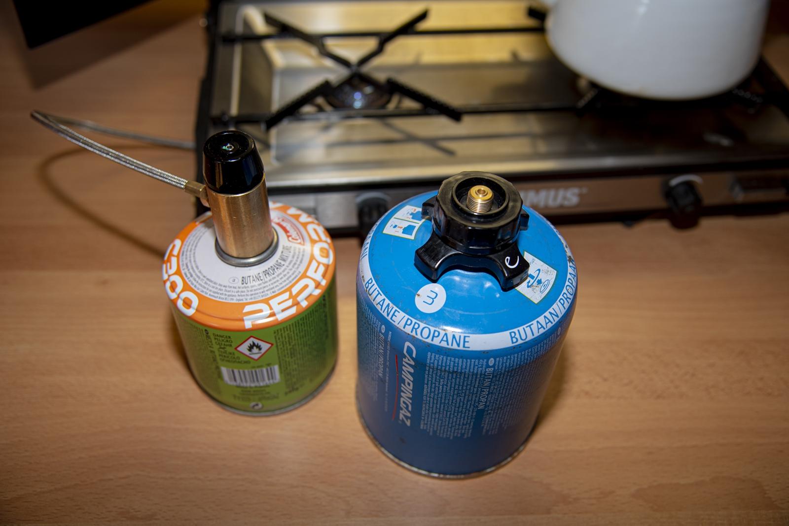 Mit einem Adapter aus dem Camping-Zubehör können auch die Campingaz-Kartuschen mit Bajonett-Verschluss verwendet werden.