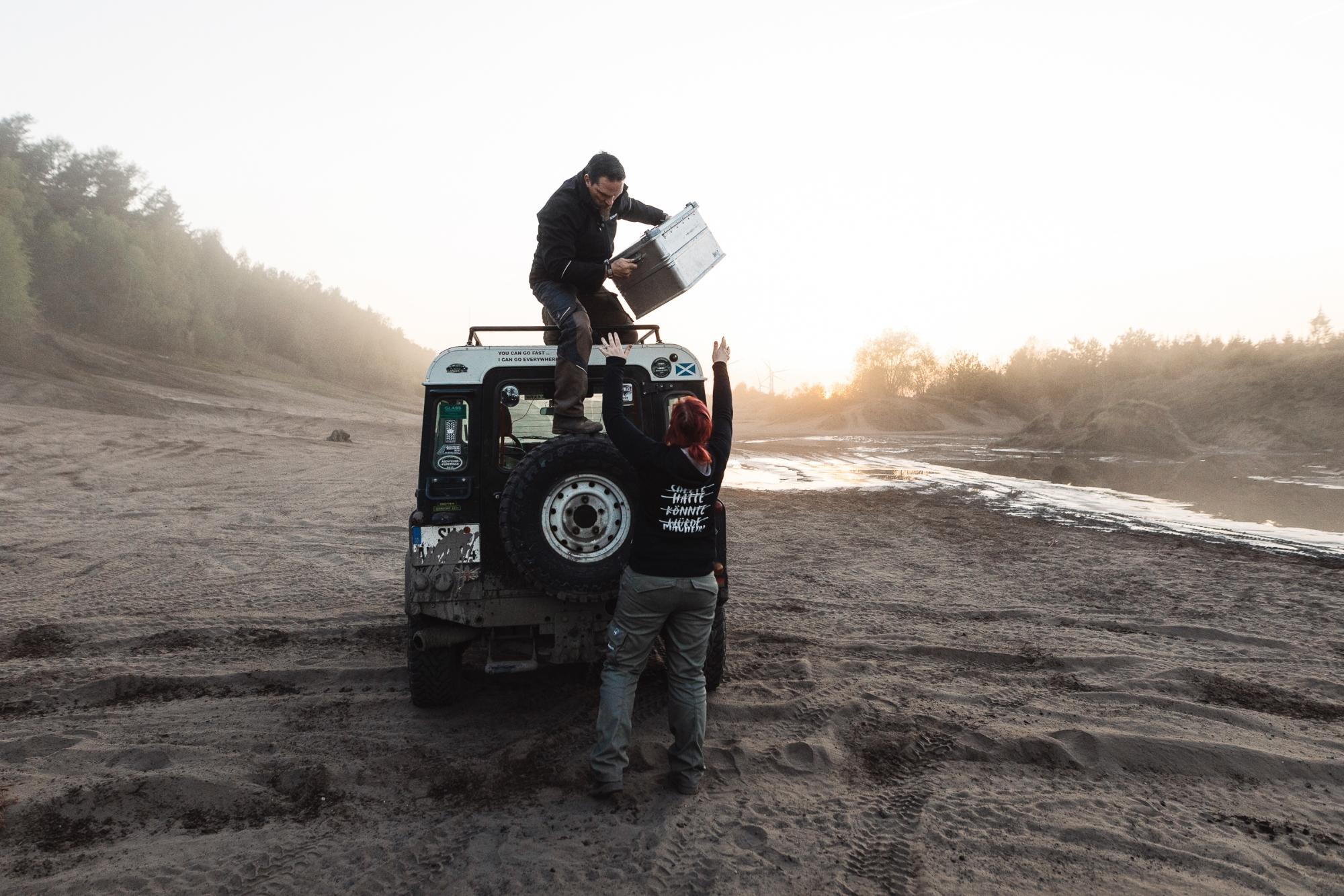 Ein schweres Reserverad und noch mehr Last müssen die Land Rover Defender Hecktürscharniere sicher tragen.