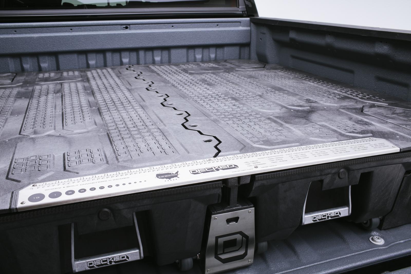 Decked - Oberes Deck mit den zwei Auszügen und den seitlichern Stauboxen.