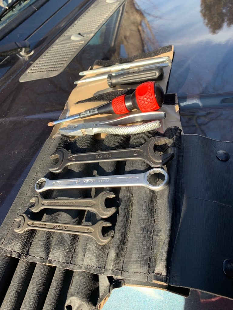 Sinnvolles Werkzeug auf Reisen - Mercedes G - Standardwerkzeugsatz Mercedes G-Modell.