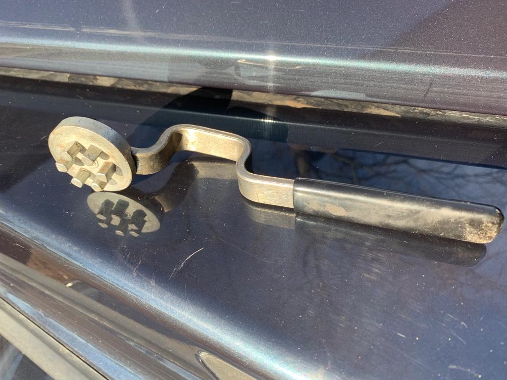 Sinnvolles Werkzeug auf Reisen - Mercedes G - Verriegelung des Frontbügels.