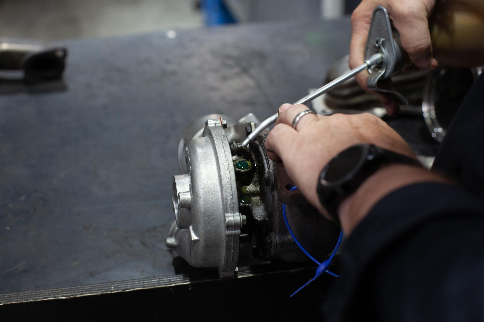 Turbolader-Schäden - Vor dem Test etwas Öl in die Lager drücken hilft bei der Einschätzung.