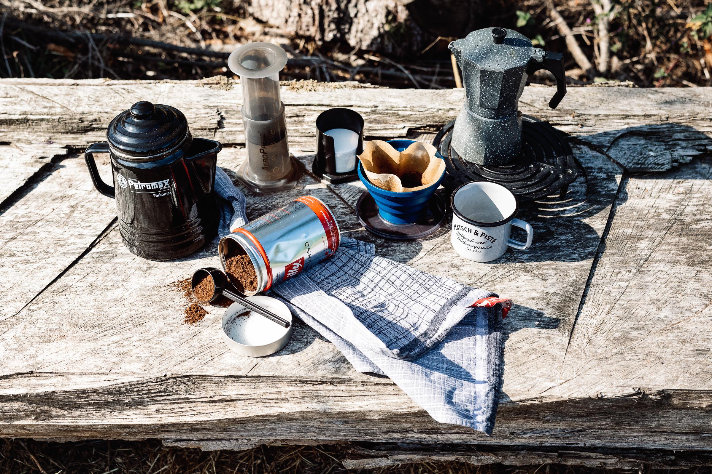 Verschiedene Utensilien fürs Kaffeekochen unterwegs