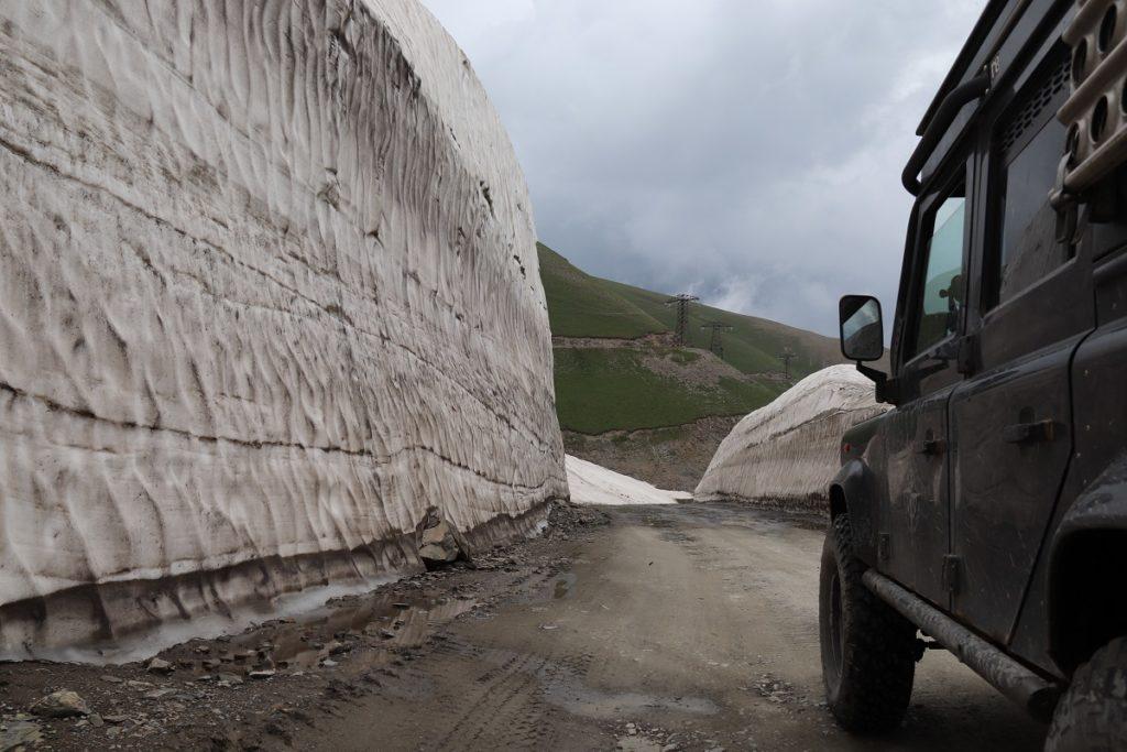 Kirgisien - Hohe Schneewände auch im Sommer.