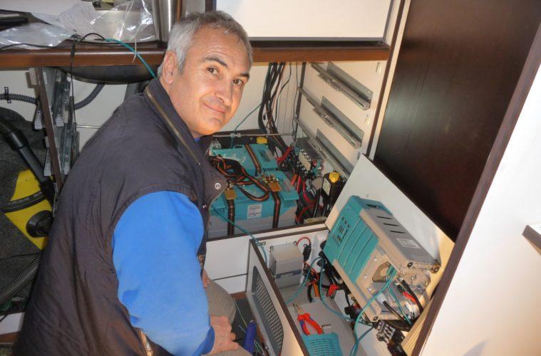 Ulrich bei der Arbeit im Wohnmobil.