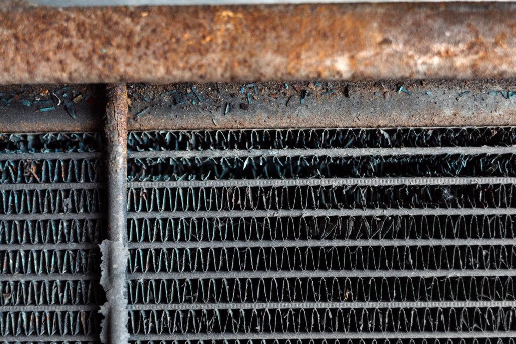 Fahrzeugcheck Reise - Kaputte Lamellen eines Kühlers. Hier reduziert sich die Kühlleistung.