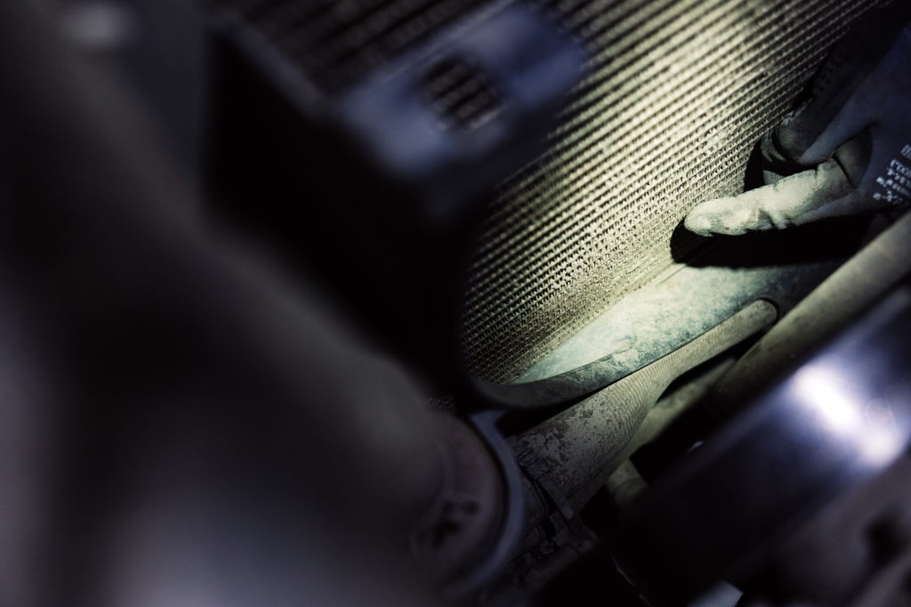 Fahrzeugcheck Reise - Hier ist der untere Teil des Kühlers noch voller trockenem Schlamm.