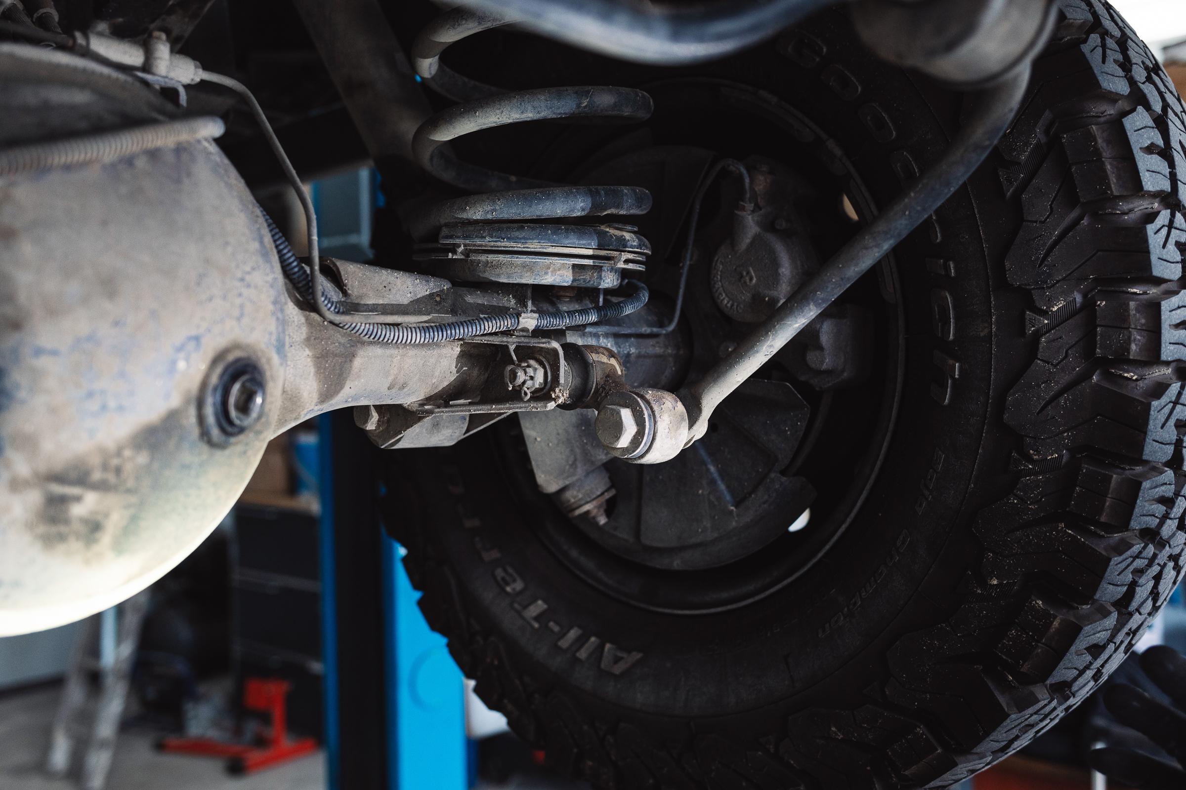 Fahrzeugcheck Reise - Brems- und ABS-Sensorleitung - Zustand und Befestigung prüfen.