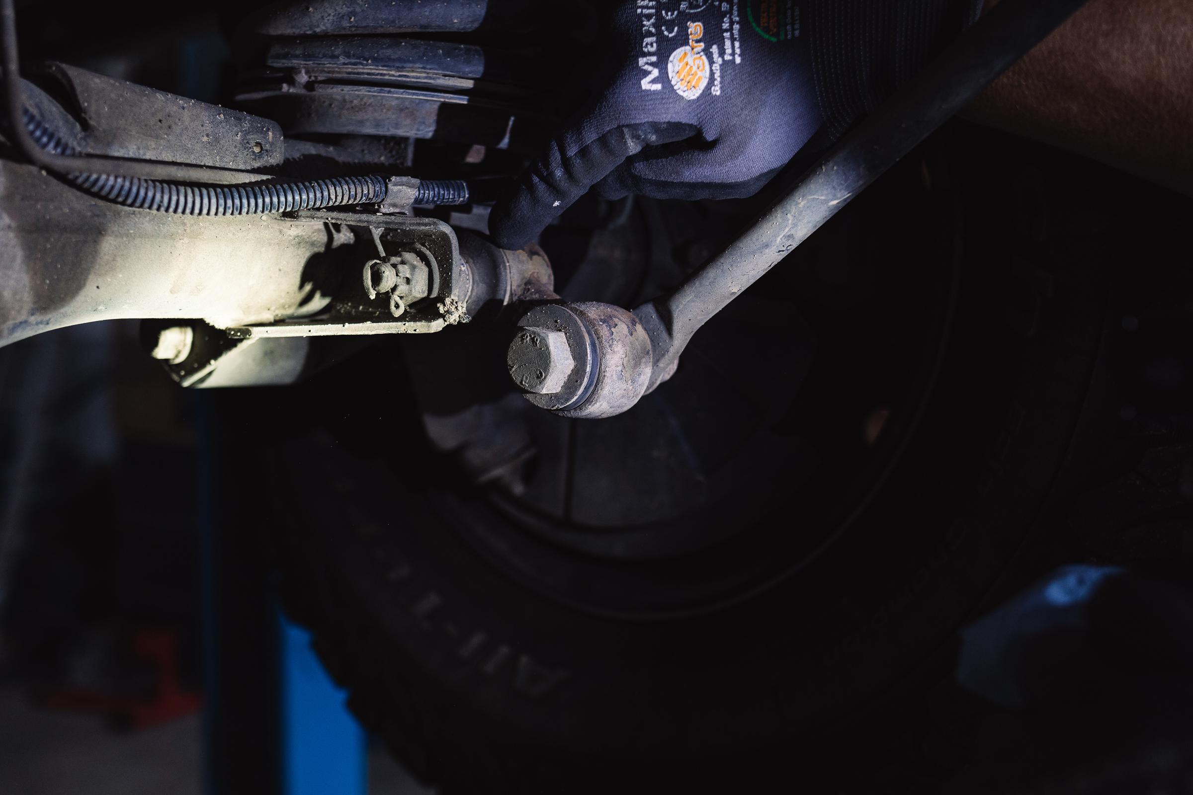 Fahrzeugcheck Reise - Stabilisatorenaufnahme an der Achse und Gelenk - beide haben Gummibuchsen.