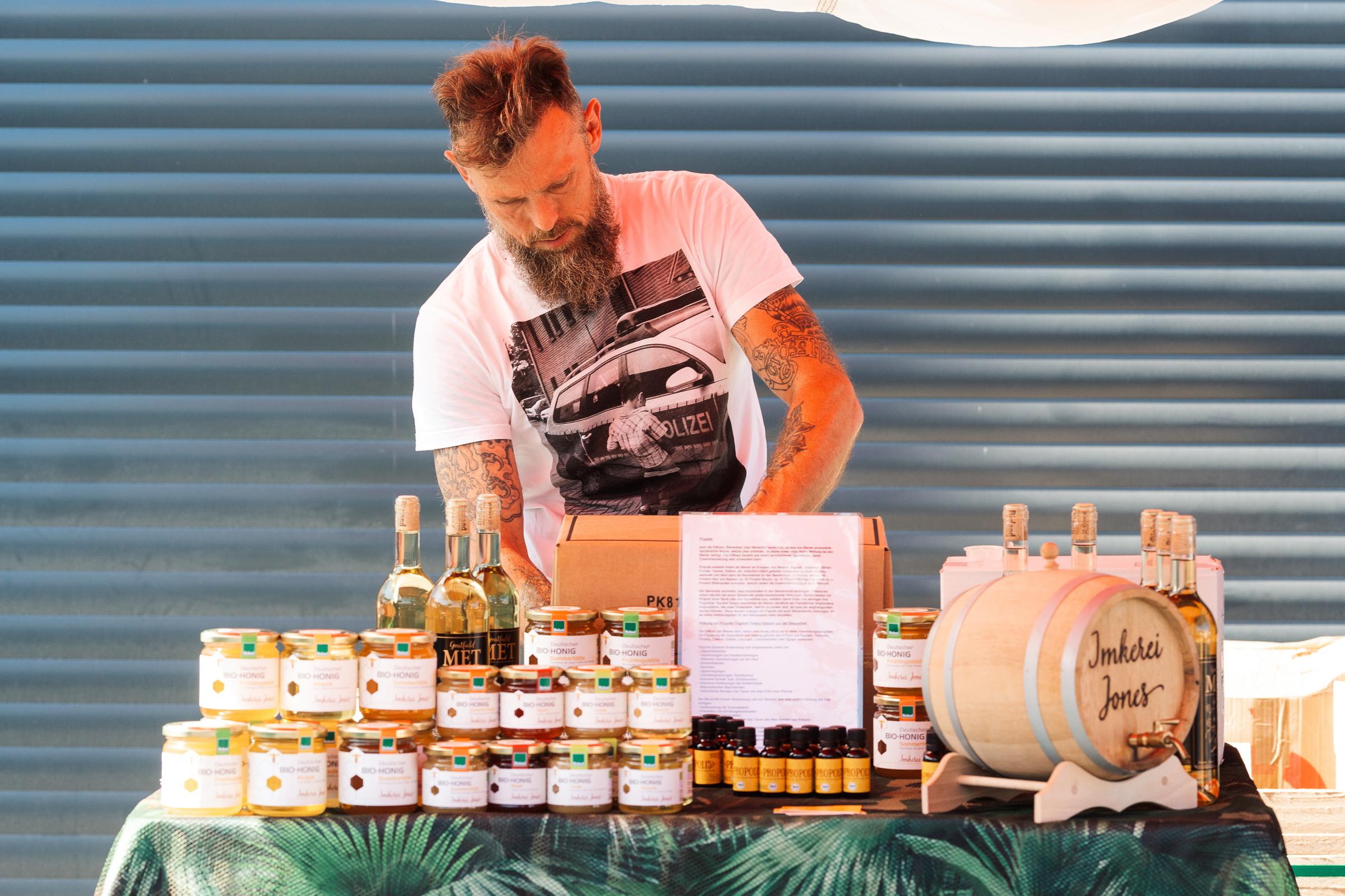 Sommerfest re-suspension 2019 - Mats bot seinen Honig und weitere Leckereien an.