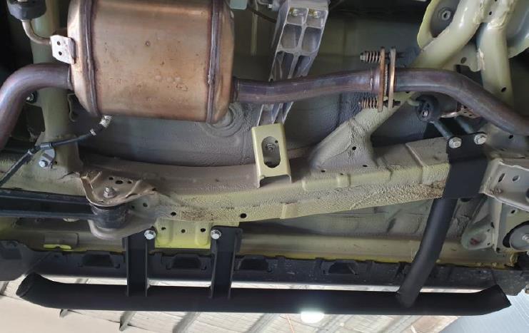 Suzuki Jimny GJ Rockslider von ARB - Die Befestigung erfolgt direkt am Rahmen.