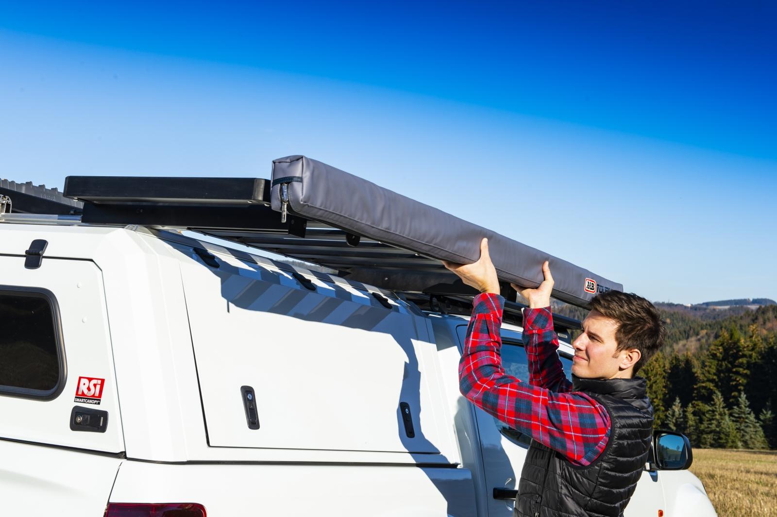 F Taubenreuther Isuzu D-MAX - Die ARB-Markise ist am seitlich abklappbaren Smartrack-Dachträger montiert.