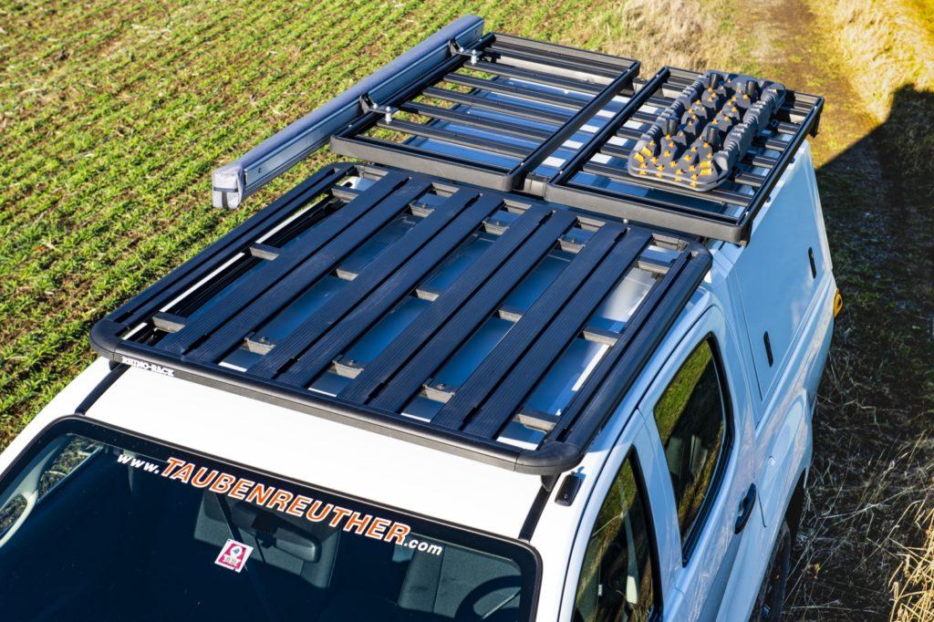 F Taubenreuther Isuzu D-MAX - Der Rhino-Rack-Dachträger auf dem Fahrerhaus bietet Platz für ein Klapp-Dachzelt.