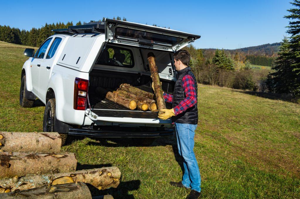 F Taubenreuther Isuzu D-MAX - Der Isuzu-Pickup ist ein ehrliches Arbeitstier, das auch nicht davor zurückschreckt Brennholz aus dem Wald zu holen.