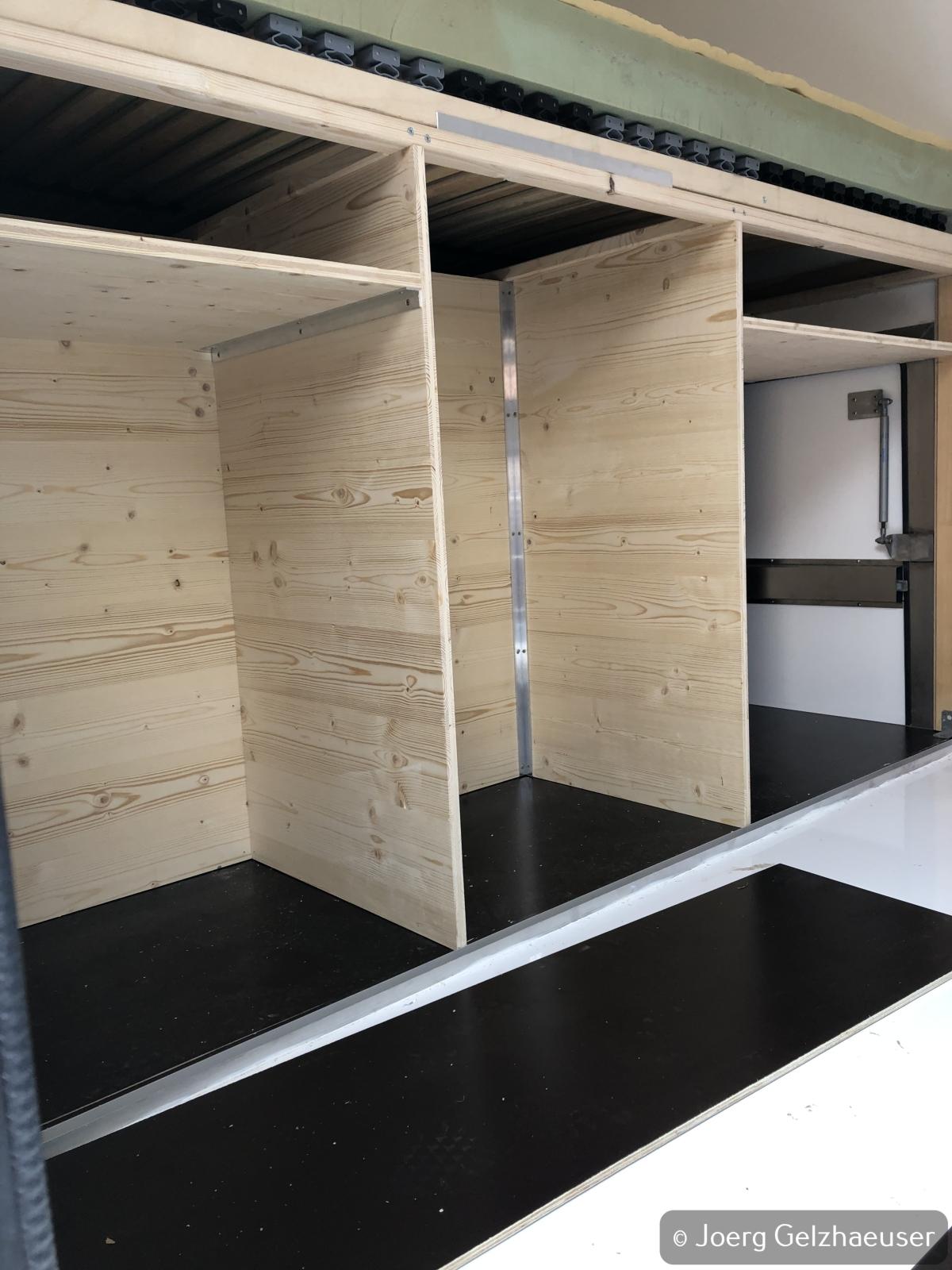 Unimog - Das universelle Motor-(Fernreise)-Gerät - Unterbau Bett im Heck und Stauräume für Gaskasten, Küchenschubladen und Abwassertank.