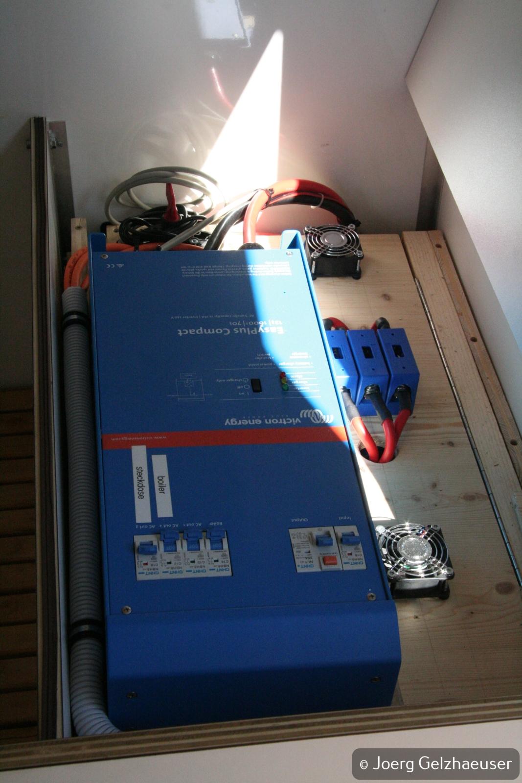 Unimog - Das universelle Motor-(Fernreise)-Gerät - 1600VA Wechselrichter mit Batteriehauptschalter, Sicherungen und temperatur-gesteuerten Lüftern.
