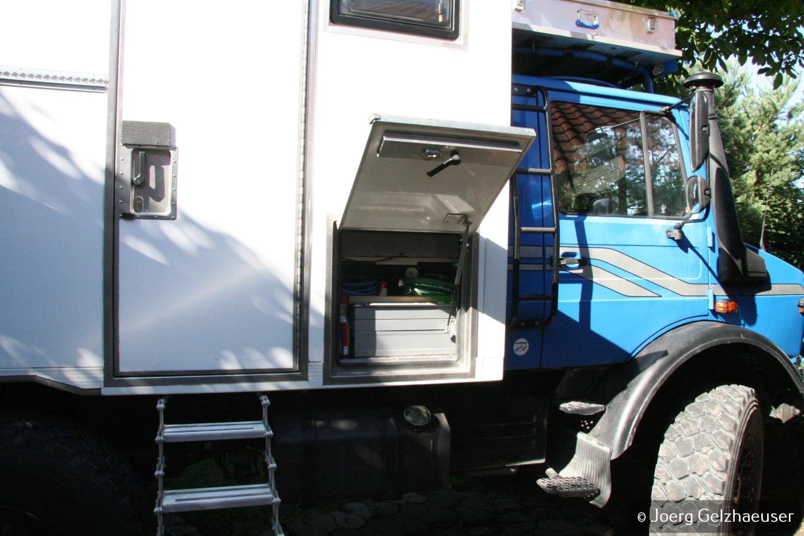Unimog - Das universelle Motor-(Fernreise)-Gerät - Auf der rechten Seite unter der Sitzgruppe befindet sich das Werkzeugfach.