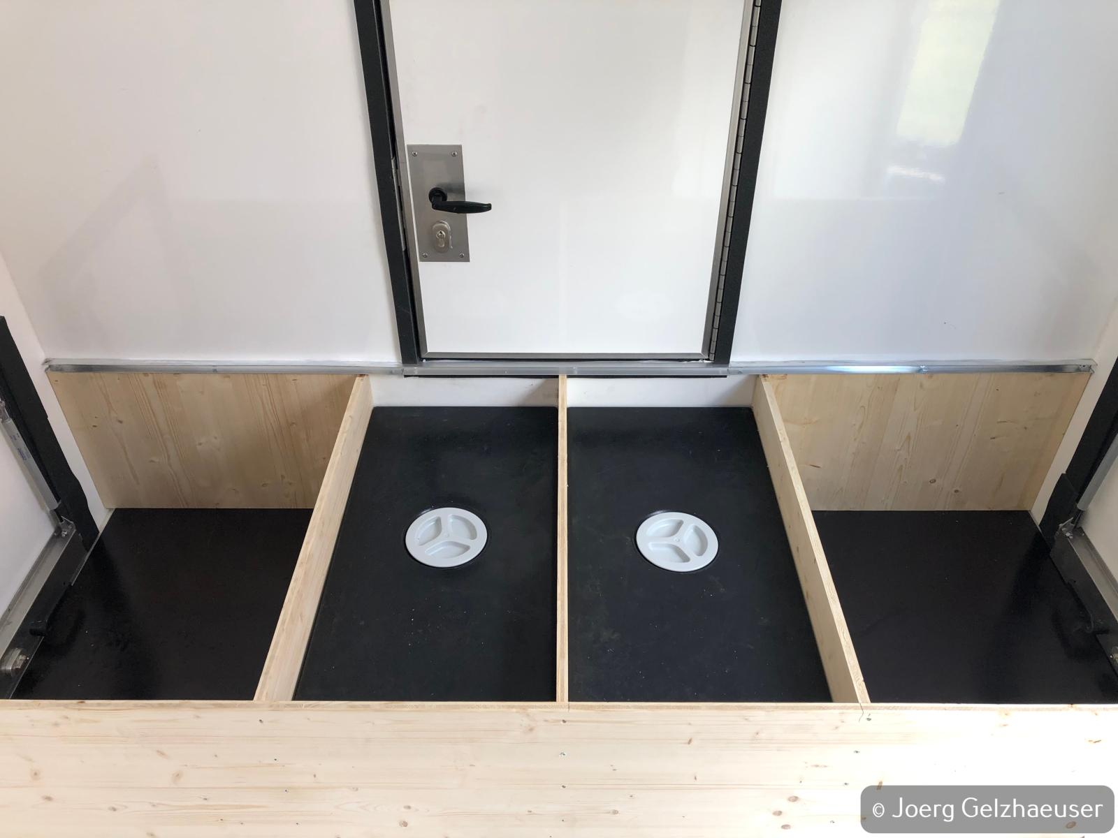 Unimog - Das universelle Motor-(Fernreise)-Gerät - Wassertanks vorne mittig angeordnet unter der Sitzgruppe/Bett.