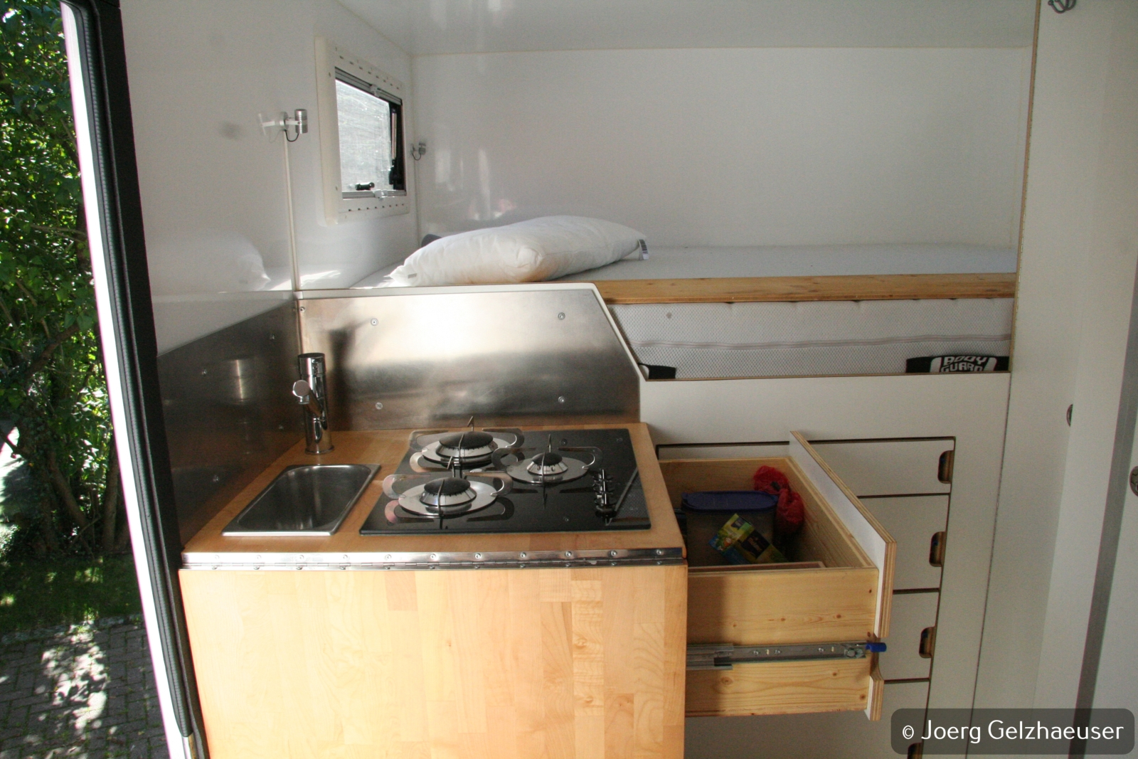 Unimog - Das universelle Motor-(Fernreise)-Gerät - Stauraum unter dem Kochfeld und über dem Kühlschrank.