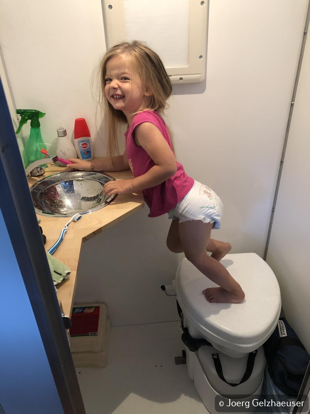 Unimog - Das universelle Motor-(Fernreise)-Gerät - Der Wellness-Tempel: Waschbecken und Nature's Head Trocken-Toilette. Die Kleine freut es.