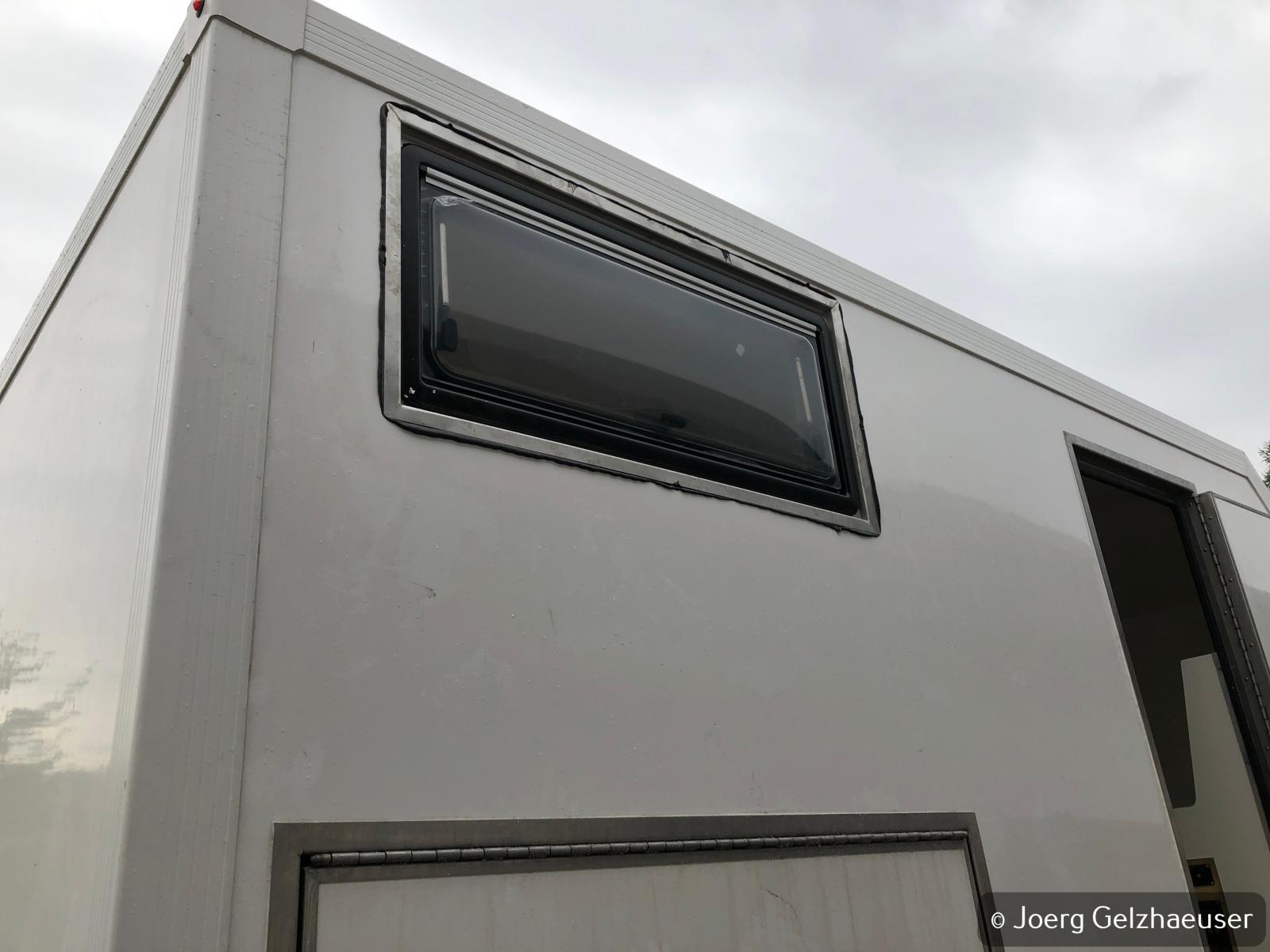 Unimog - Das universelle Motor-(Fernreise)-Gerät - Fenster eingebaut und großzügig mit Dekalin abgedichtet. 2 Minuten später hat's geregnet. Abschließende Stütznaht mit Polymerkleber.