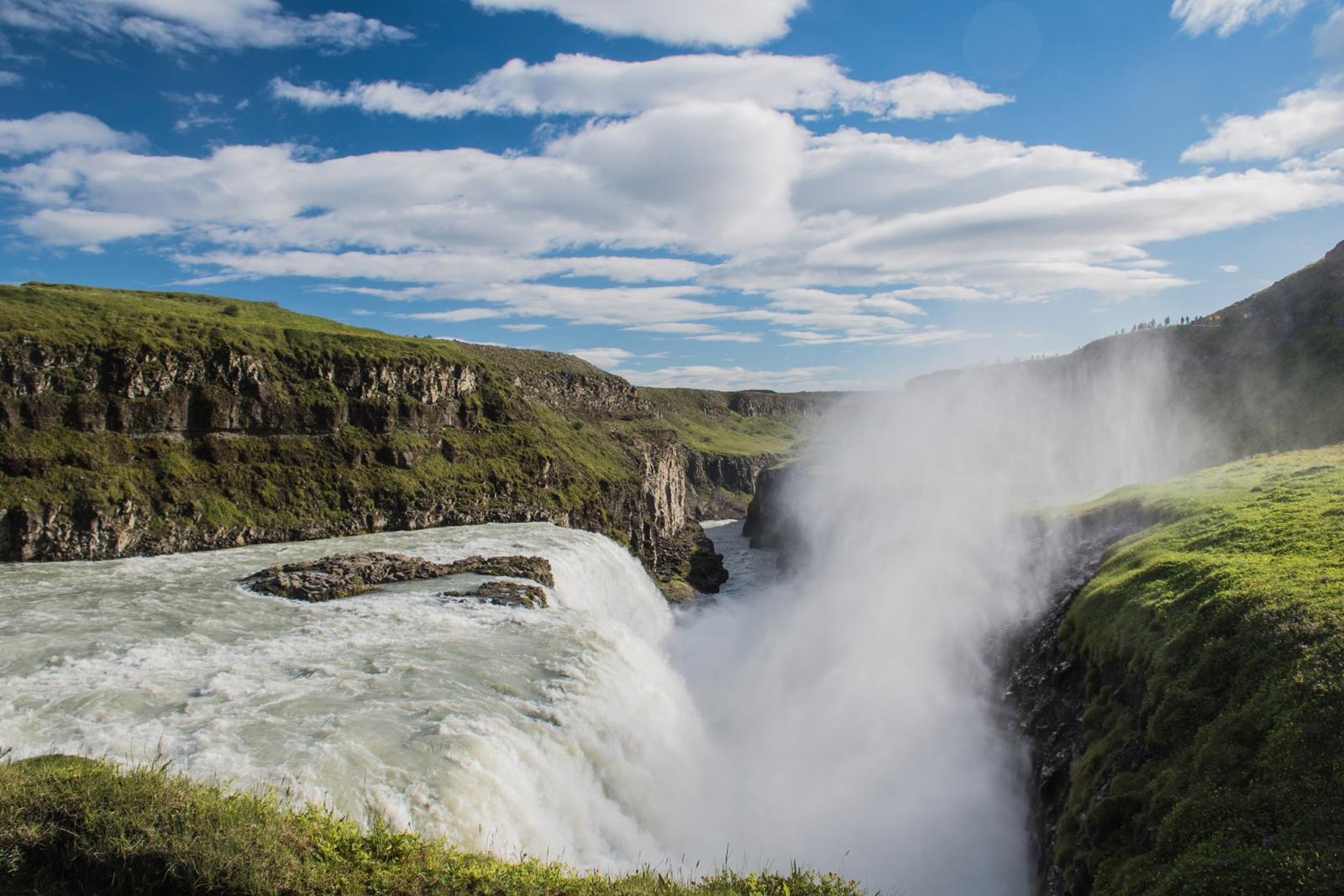 Neue Islandtour von Abenteuer4x4 - Allgegenwärtig auf Island: Heiße Quellen und Wasserfälle.