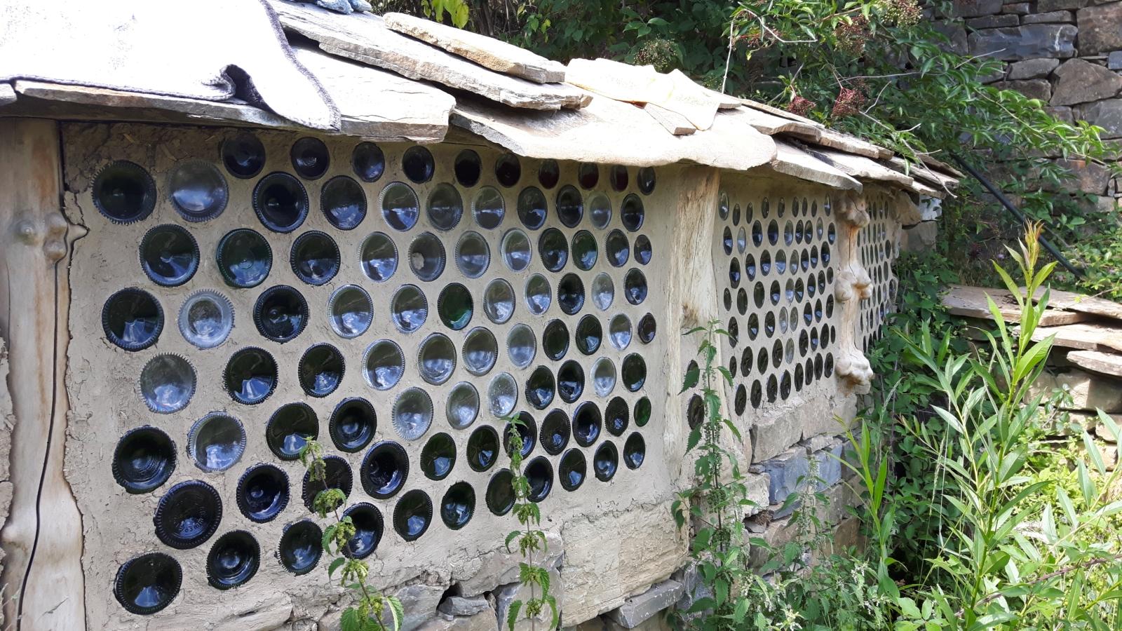 Begehbare Dusche aus leeren Flaschen.
