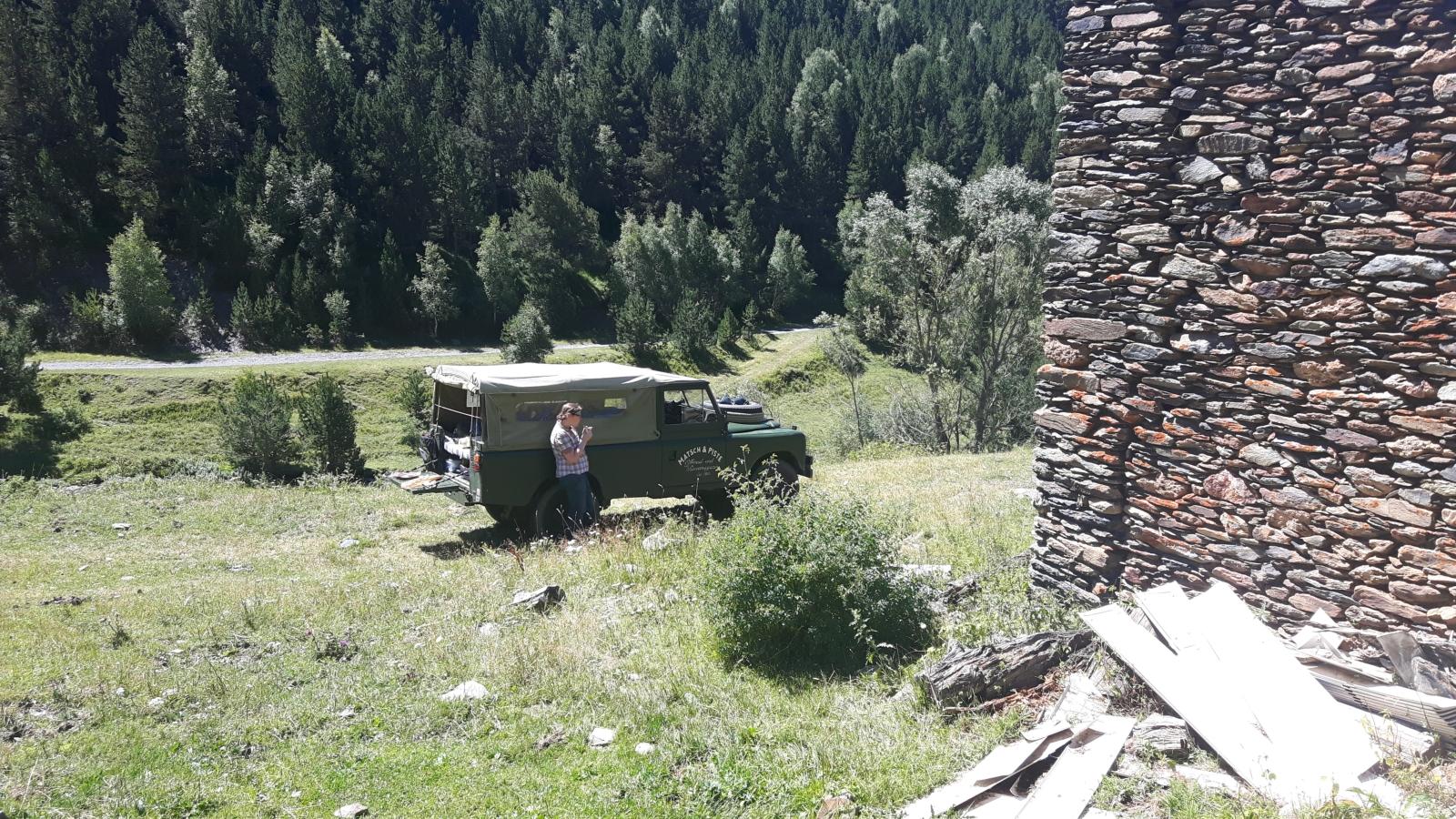 Im Oldtimer offroad durch die Pyrenäen - Kurze Rast hinter Tor, Richtung Andorra.