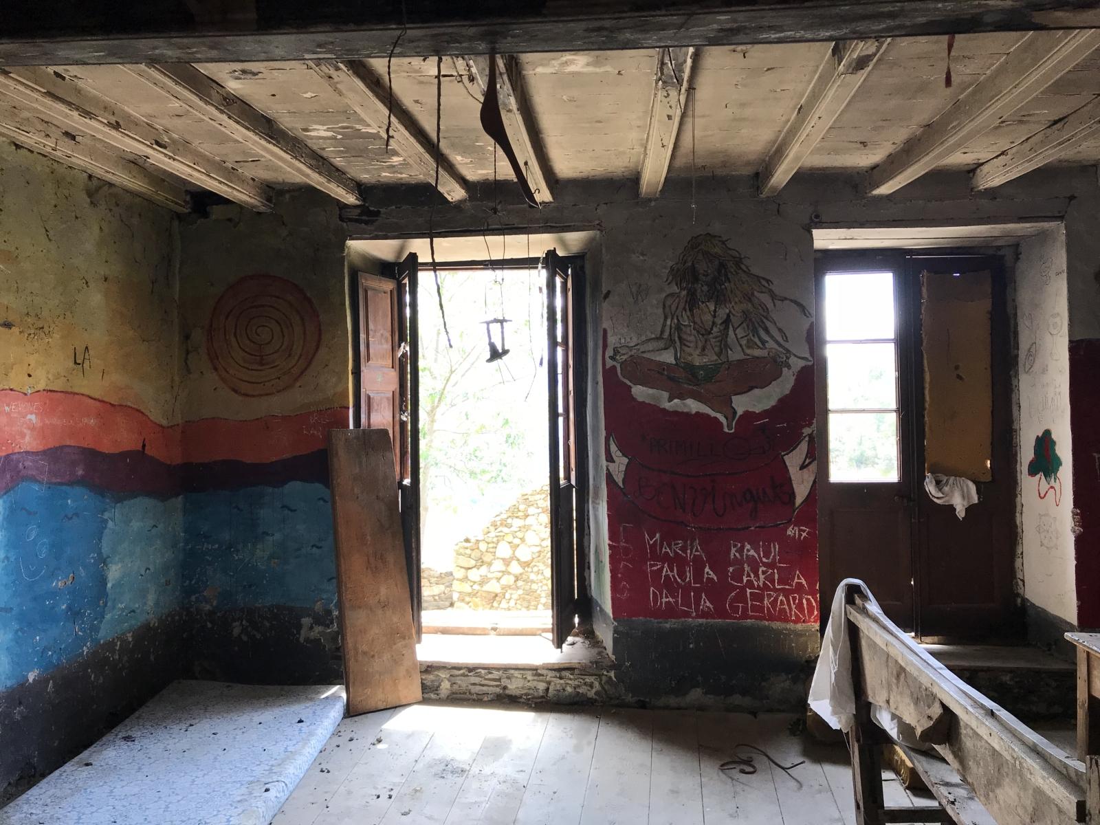 Hier wohnte wohl mal eine Hippie-Gemeinschaft.