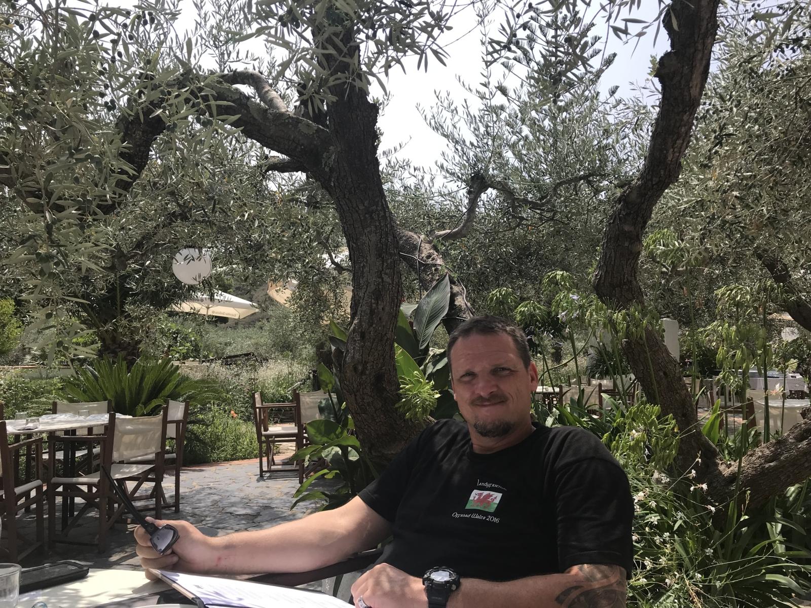 Ein Olivenbaum-Dach macht den Aufenthalt sehr erträglich.
