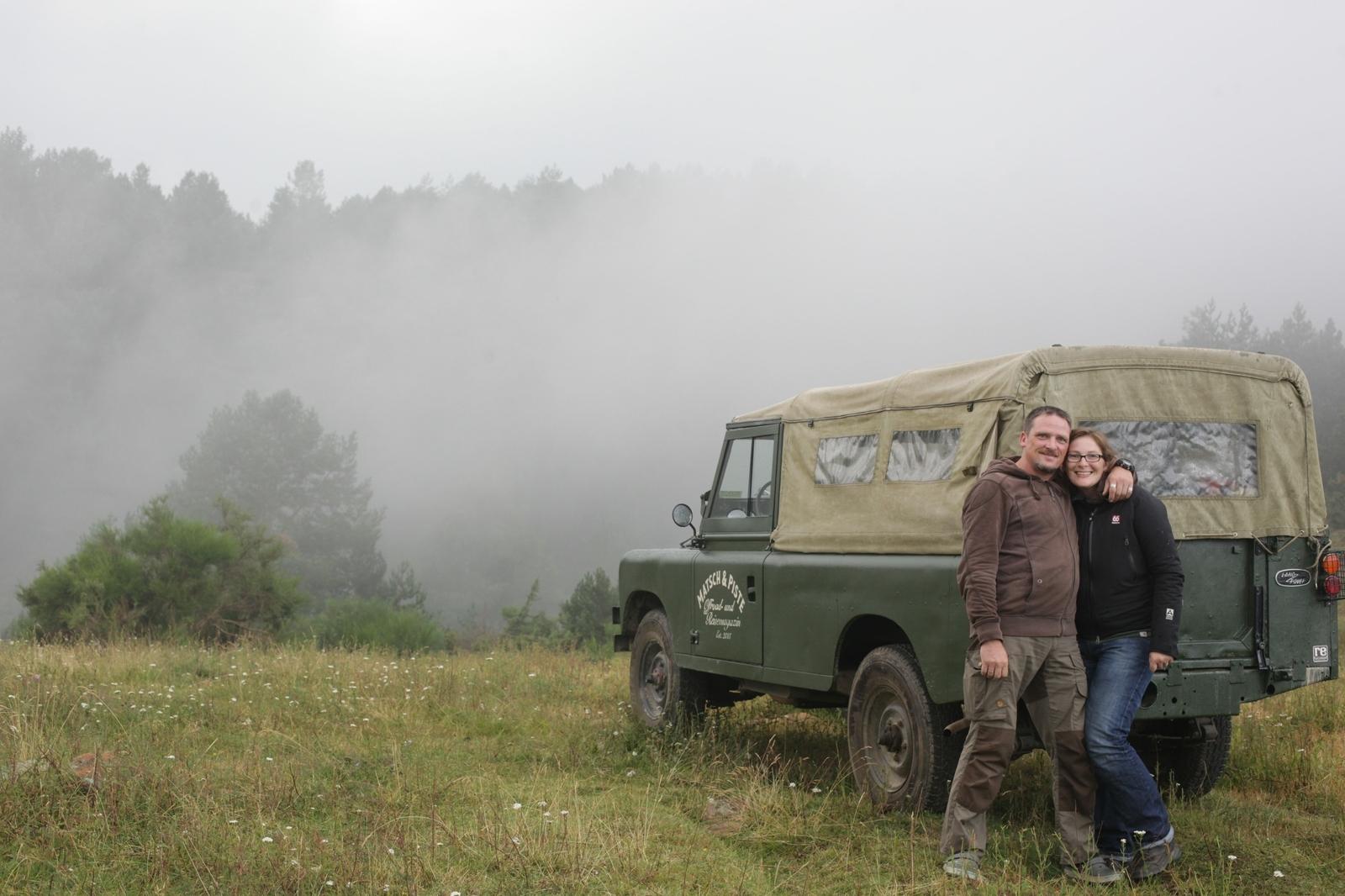 Nik und AWo mit ihrem alten Land Rover in den Pyrenäen.