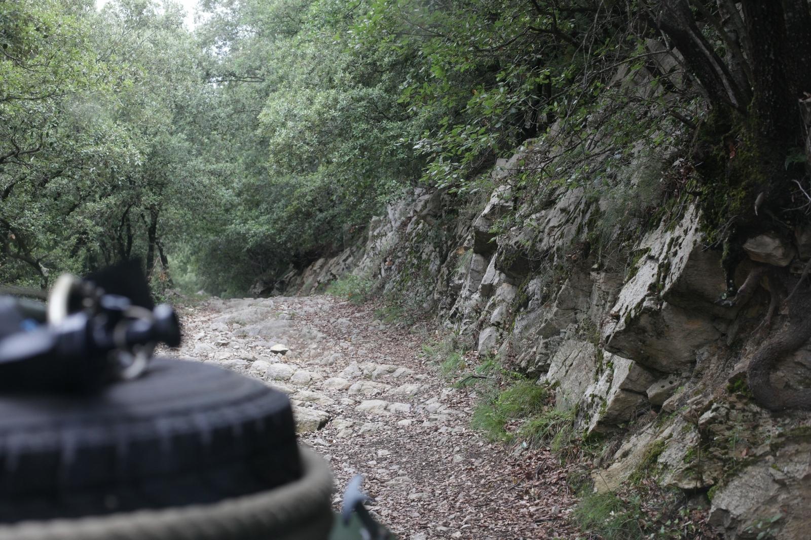 Im Oldtimer offroad durch die Pyrenäen - Keine gute Strecke - gut so.
