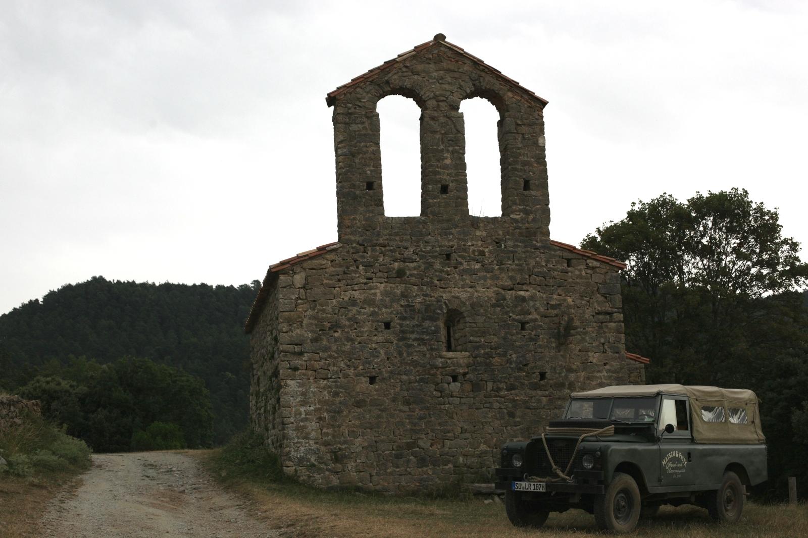 Im Oldtimer offroad durch die Pyrenäen - Kapelle Sant Andreu de Guitarriu bei Sadernes.
