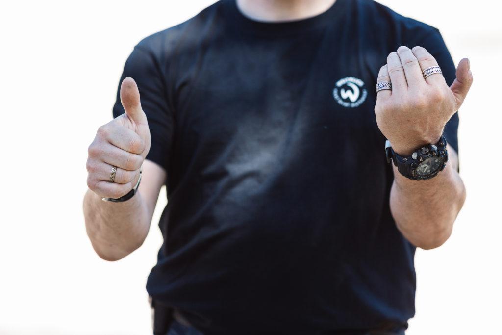 Einweisen mit Handzeichen - Vorwärts, nicht lenken.