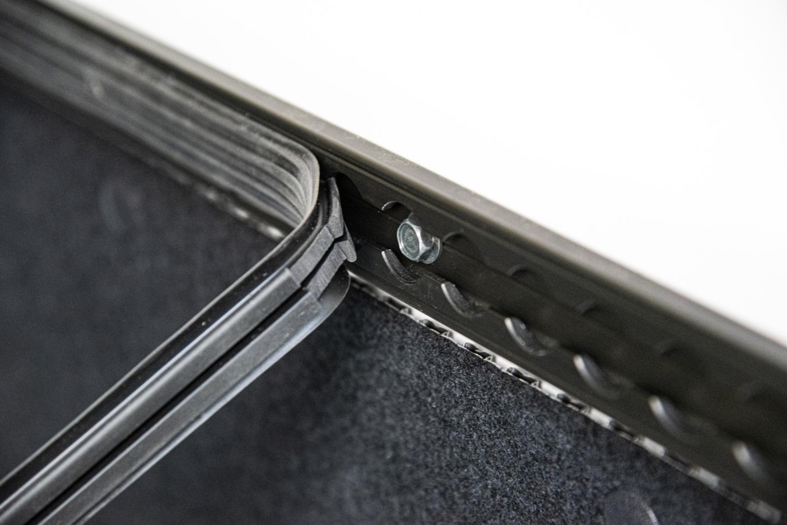 Relleumdesign Zurrschienen-Abdeckung - Schrauben können ausgespart werden.