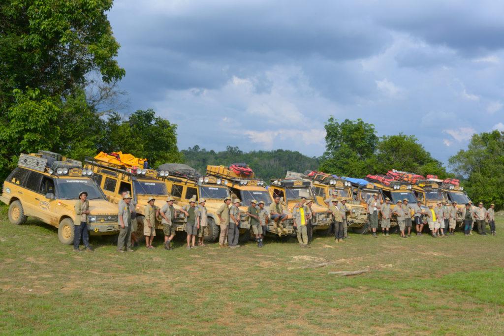 Die Clubmitglieder mit ihren Camel Trophy Land Rovern.