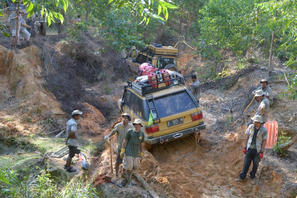 Sumatra Camel Trophy - Unterschiedliche Land Rover sind dabei.