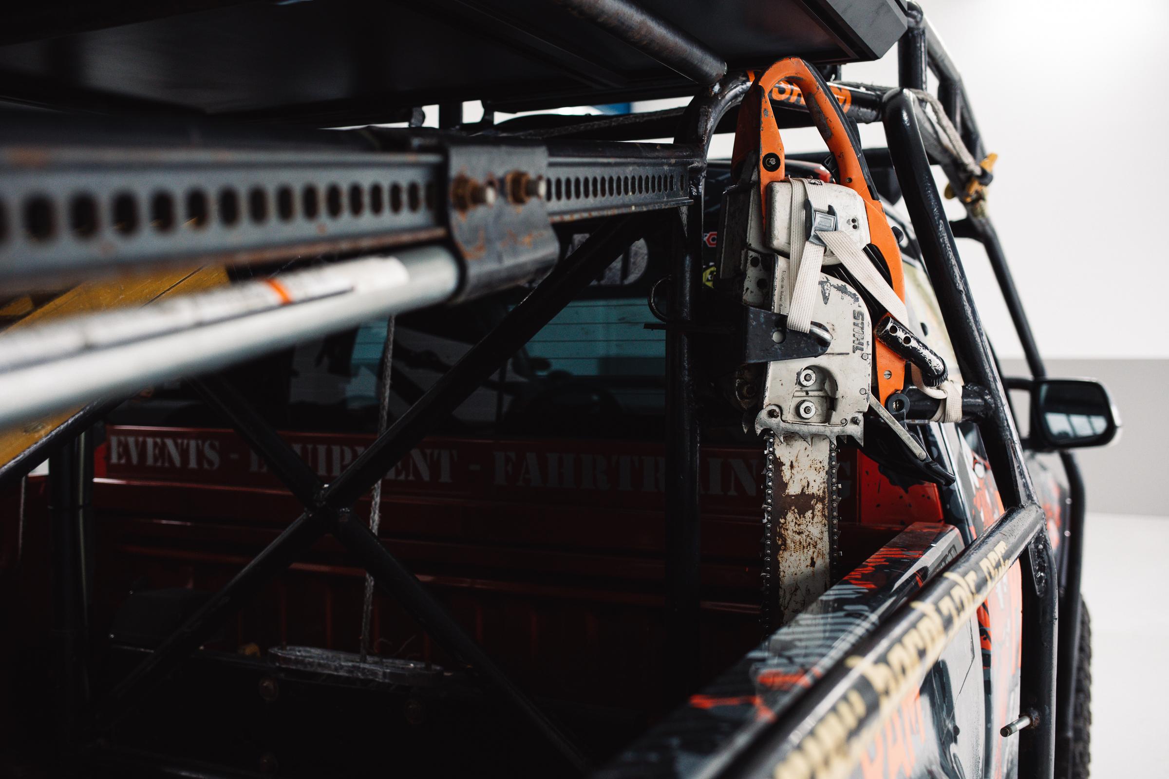 Trophy Isuzu D-MAX - Highjack und Forstwerkzeug für den Beifahrer.